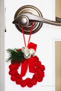czerwony wianuszek na klamkę, dekoracja świąteczna