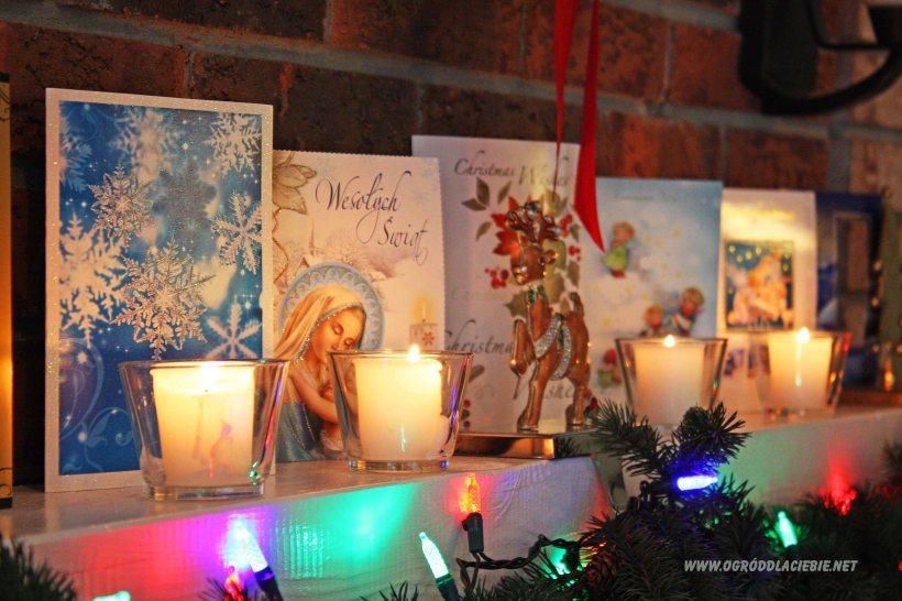 kominek z czerwonej cegły udekorowany na kartami świątecznymi