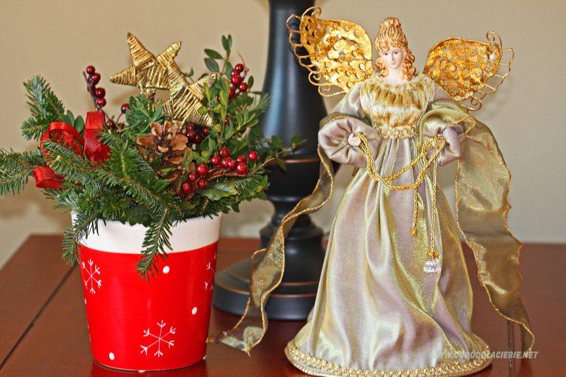 Anioł, dekoracja świąteczna na stoliku