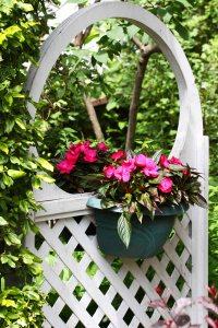 kwiatowa dekoracja na drzwi do ogrodu